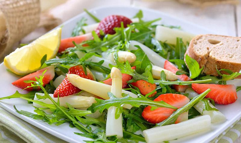 Grüner Spargelsalat mit roten Bohnen
