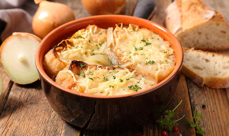 Zwiebelsuppe mit Mozzarella und Käse-Baguette