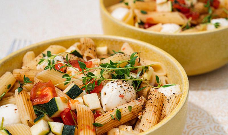 Penne-Zucchini-Salat mit geschmolzenen Tomaten