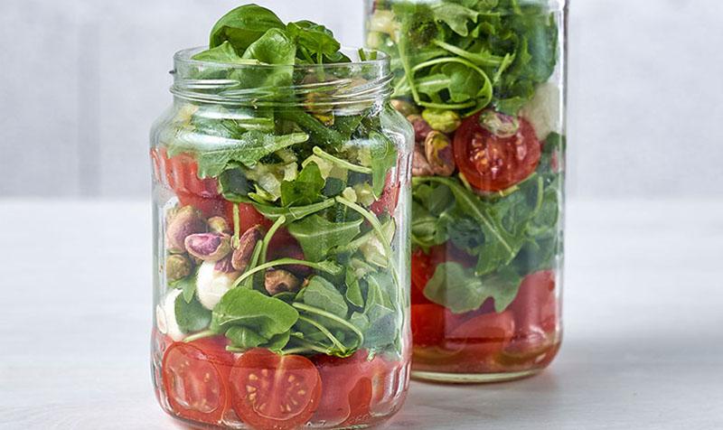 Mozzarella-Salat mit Pistazien und Zucchini