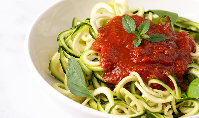 Zucchinispaghetti in Tomatensoße