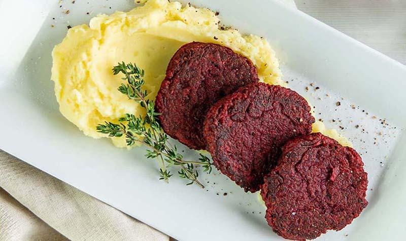 Rote Rüben Laibchen mit Kartoffelpüree und Jungzwiebeln