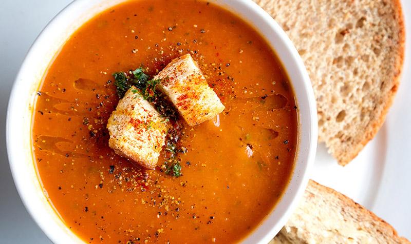 Mediterrane Linsen-Tomaten-Suppe