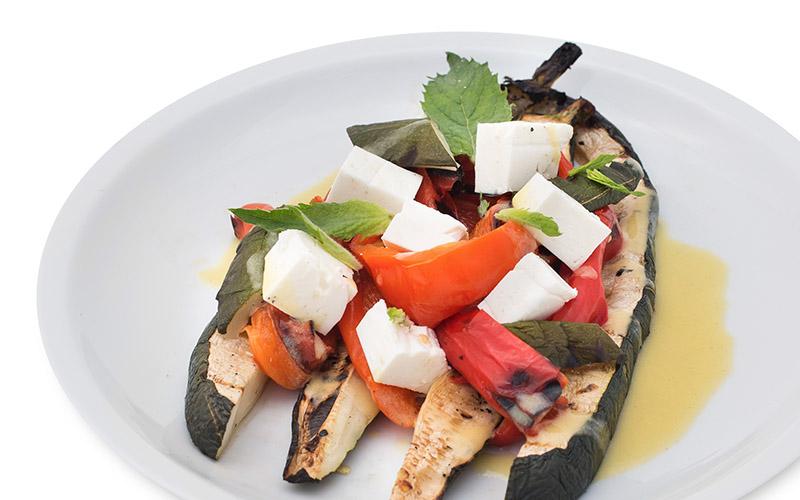 Gegrillte Zucchini und Paprika mit Hirtenkäse