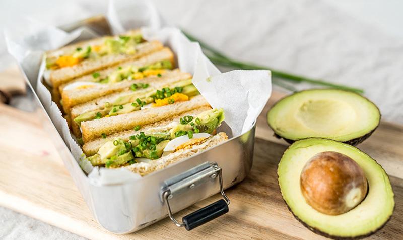 Toast mit Avocado und Ei