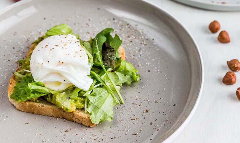 Pochiertes Ei auf Acovado-Toast