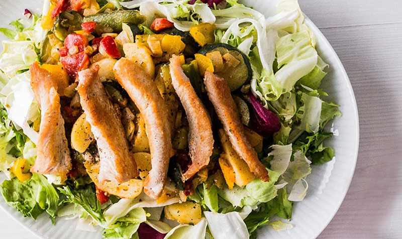 Putenbruststreifen auf Salat mit Pfannengemüse