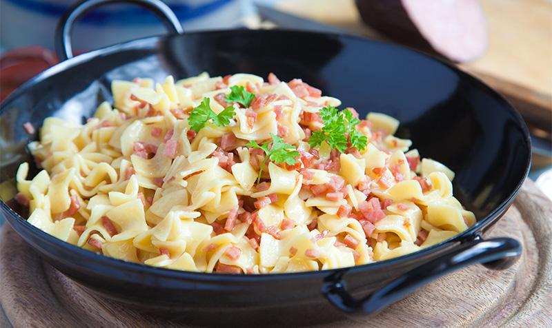 Schinkenfleckerl mit grünem Salat