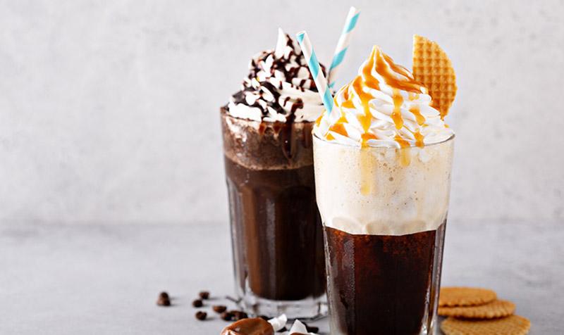 Eiskaffee mit Vanilleeis & Haselnussröllchen