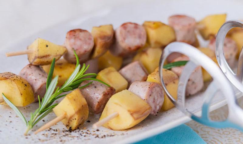 Erdäpfel-Würstel-Spieße vom Grill