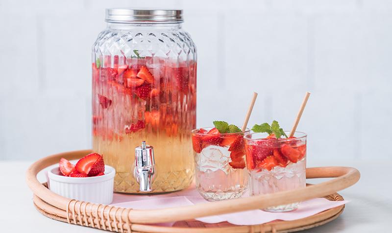 Erdbeerbowle mit Birne Melisse